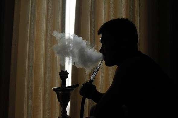 Fumer les produits chimiques cachés dans le tabac de narguilé