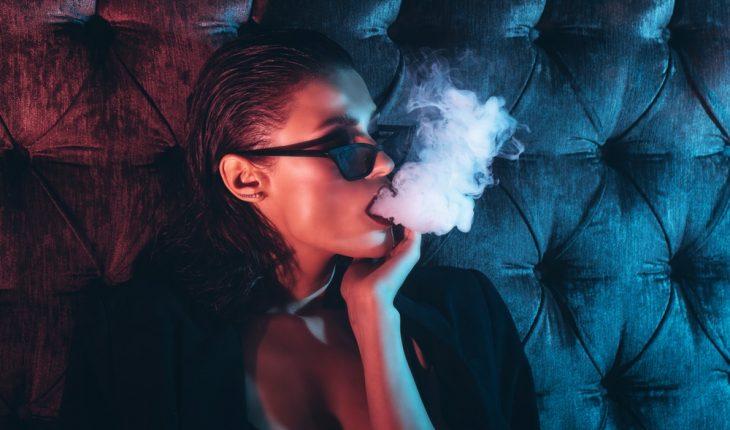 jeune femme, fumer, à, narguilé