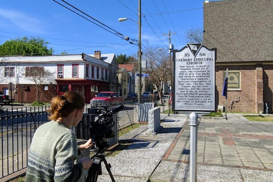 Julia Bainum '21 tourne des enregistrements B-roll à Charleston