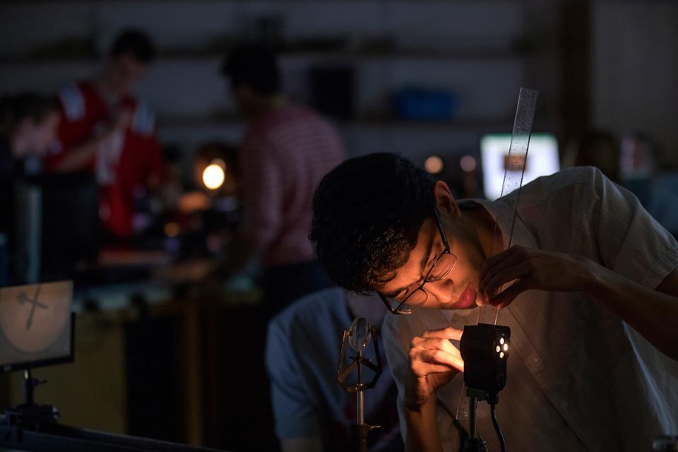 Étudiant dans un laboratoire de physique